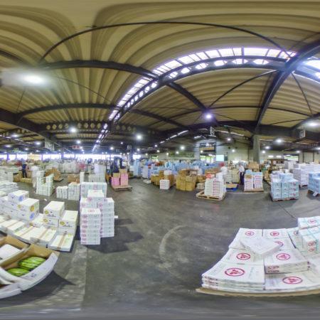 野菜や果物が続々届く朝の高崎市場