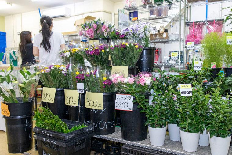 店頭ではお手頃な価格でお花を販売してます